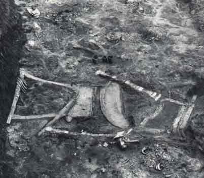 Due lire e un'arpa in situ, come furono ritrovate nella Grande Fossa della Morte di Ur. A sinistra la Lira d'Argento, al centro l'Arpa Reale, a destra la Lira d'Oro. La struttura lignea era ormai decomposta, ma le strutture metalliche e gli intarsi in lapislazzuli e madreperla hanno conservato la forma degli strumenti. (Foto: sumerianshakespeare.com)