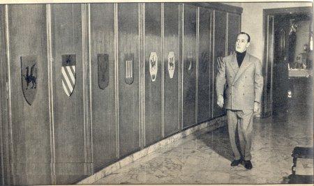 L'ossessione e l'esibizione della nobiltà: nell'appartamento nel quartiere Parioli, 1964, l'armadio a 10 ante ciascuna con uno degli stemmi delle casate cui riteneva di appartenere (Foto da http://www.antoniodecurtis.com/)