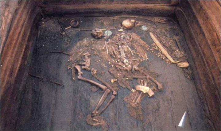 La posizione dei corpi del capo e della sua donna al rinvenimento (Foto: Konstantin Chugunov)