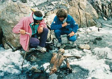 I due alpinisti Hans Kammerlander e Reinhold Messner sul luogo del ritrovamento