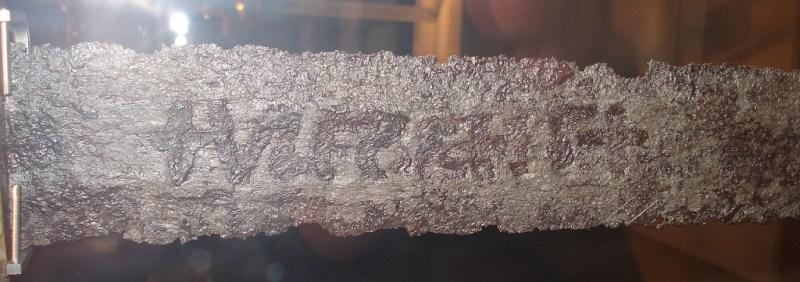 """Dettaglio del """"marchio"""" Ulfberht, Museo di Norimberga"""