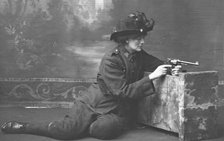 """La contessa Constance Markiewicz, seconda in comando al socialista Michael Mallin nella guarnigione di St Stephen's Green. Inizialmente condannata a morte, la condanna fu poi convertita in ergastolo """"a causa del sesso del prigioniero."""""""