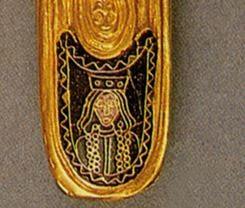 Dettaglio del foderodella medesima spada con l'iscrizione del nome Teodolinda; riporta un ritratto della regina