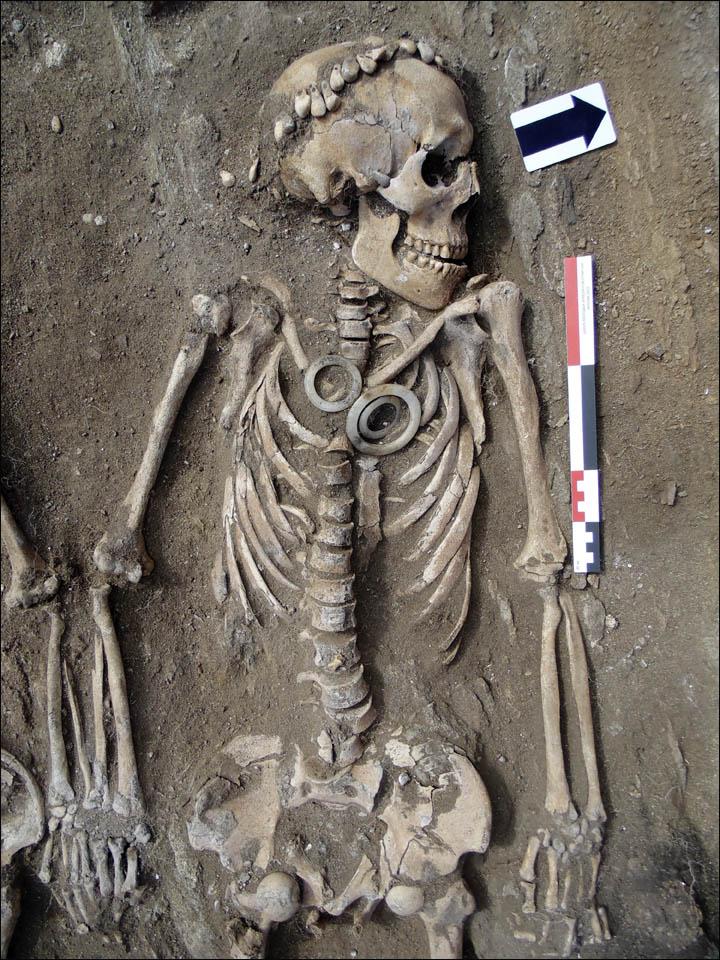 Lo scheletro maschile con imisteriosi anelli di giada (Foto: Dmitry Kichigin)