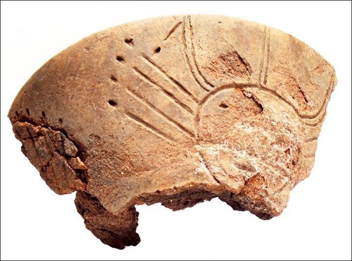 Il bruciatore di incenso trovato nella tomba contiene volti a forma di sole, che corrispondono a precedenti ritrovamenti di antica arte rupestre in Siberia. (Foto: IIMK RAS)