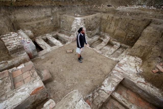 L'archeologo Ilija Dankovic nel sito di Viminacium, circa 100 km a est di Belgrado. 8 agosto 2016. (Foto:. REUTERS/Djordje Kojadinovic)