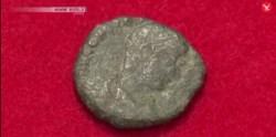 Una delle monete rinvenute nel Katsuren Castle sull'isola di Okinawa (Immagine dal video di independent.co.uk)