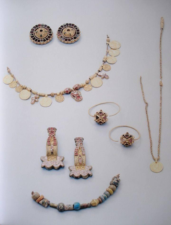 Immagine dal catalogo della mostra tenutasi nel 2013 Königinnen der Merowinger