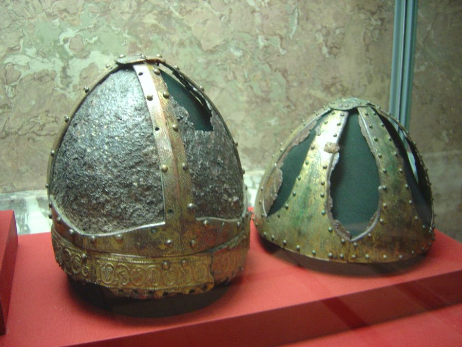 Due Spangenhelm datati circa 500 d.C. rinvenuti a St. Vid/Narona in Dalmazia a sinistra, Steinbrunn in Austria (Foto: Kunsthistorisches Museum di Vienna)