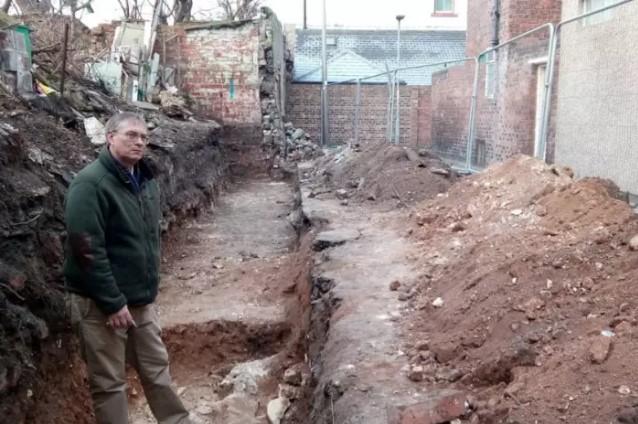 L'archeology officer Robin Daniels sullo scavo di Gladstone Street (Foto: http://www.hartlepoolmail.co.uk/)