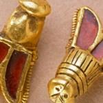 Due decorazioni in oro e granati a forma di cicala. Sono le uniche superstiti di centinaia che probabilmente decoravano il mantello di Childerico. (Foto: Musée de Cluny)