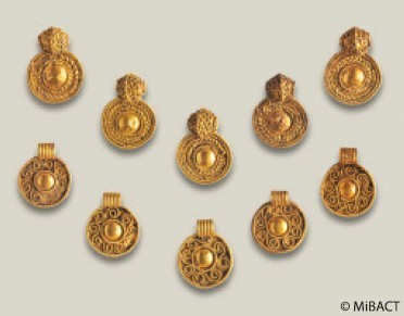 Pendenti in oro da collana dalla necropoli longobarda di Fara Olivana (Foto: MIBACT)