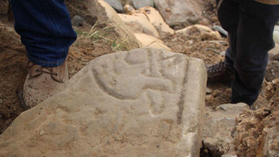Pietre incise dai Pitti continuano ad essere scoperte, come ad esempio questa ritrovata sulle isole Orcadi. (Foto: UHI Archaeology Institute)