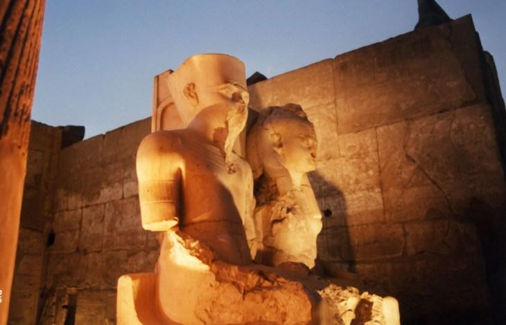 Un monumento, rappresentante Tutankhamon e la grande sposa reale Ankhesenamun assisi, si trova nel complesso templare di Luxor e venne però usurpato da Ramses II (XIX Dinastia), che fece sostituire i cartigli dei due sposi con quello suo e della regina Nefertari.
