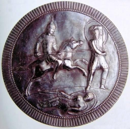 Il tondo decorato del piatto dal tesoretto di Isola Rizza in argento, variamente datato tra VI e VII secolo, attualmente al Museo di Castelvecchio, Verona