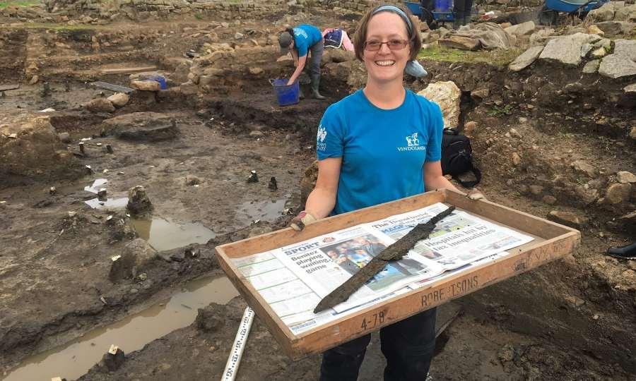 La volontaria Sarah Baker con una delle duerare spade da cavalleria. (Foto: Sonya Galloway)