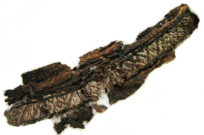 Uno dei frammenti tessuti inseta e filo d'argento provenienti dalle sepolture di Birka e Gamla Uppsala, in Svezia.