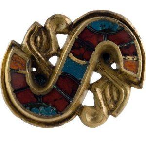 La fibula ad S, rinvenuta nella necropoli Cella e conservata al MAN di Cividale del Friuli, cui è ispirata la fibula di Berta.