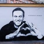 Авторам граффити с Навальным грозит уголовка