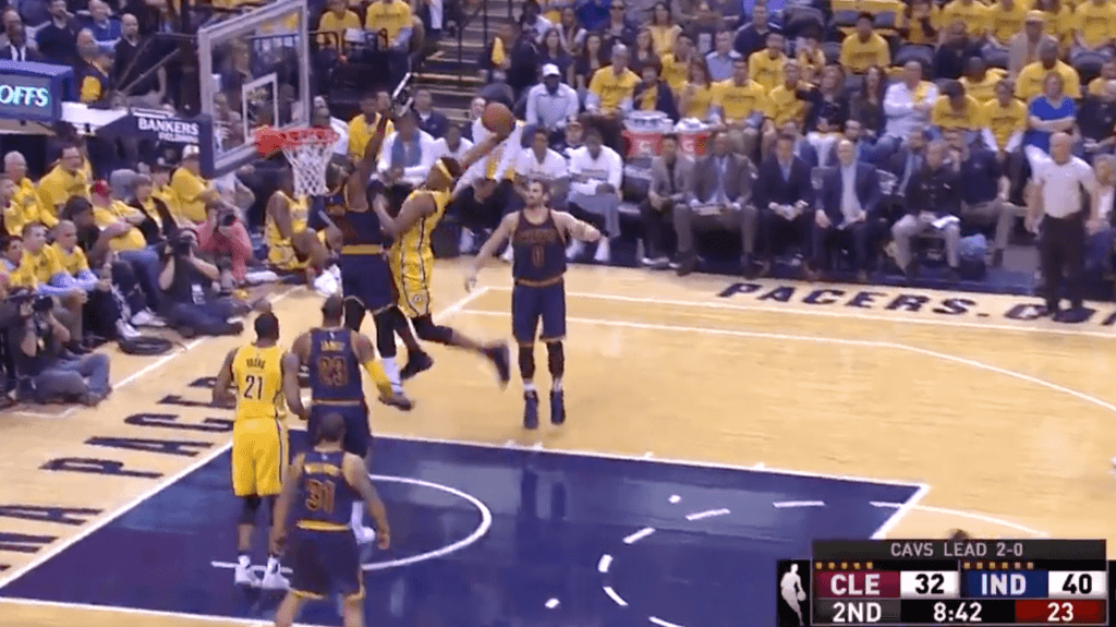 Myles Turner termine Tristan Thompson sur LE dunk des playoffs