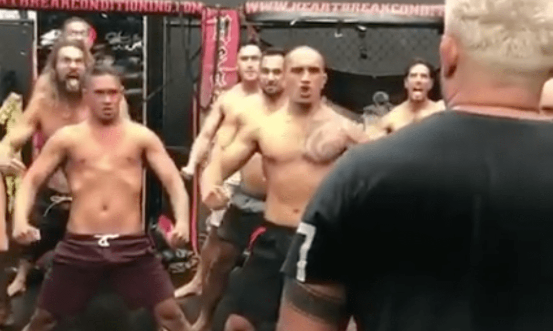 En plein training camp, Mark Hunt fait un haka avec Jason Momoa