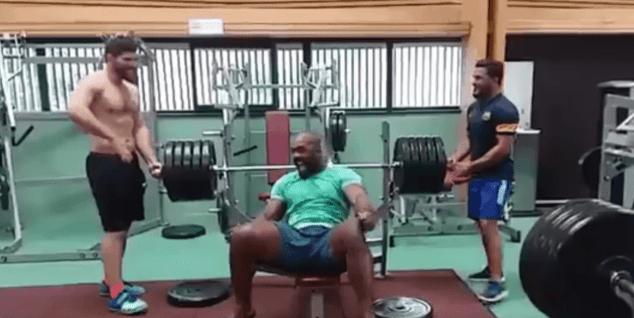 Teddy Riner soulève 230 kilos en développé couché
