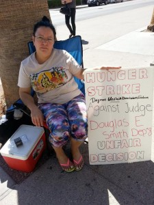 Blanca Diaz 225x300 Mother protests with hunger strike in front of the R. J. C. against Judge Douglas Smith