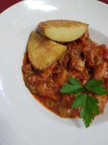 Lomo de atún con tomate y pimiento.