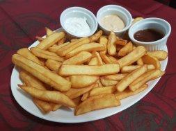 Patatas fritas con tres salsas.
