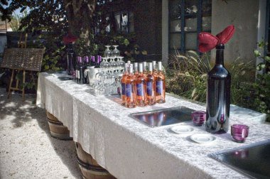 La table à Rallonge est une auberge festive privatisable , mettant à la disposition des privés ou des professionnels, des espaces de fêtes, des hébergements ainsi que la logistique, la restauration et l'animation de vos événements. Location de Salle en Camargue et accueil de groupes sont nos spécialités