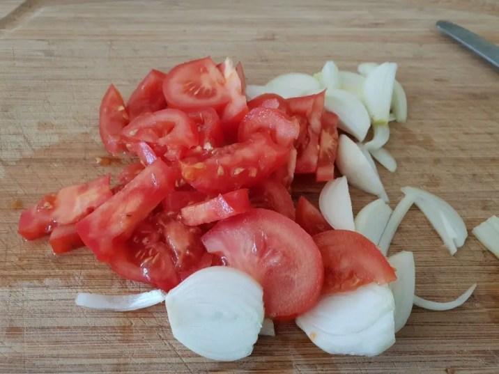 1/hachez tomates et oignons