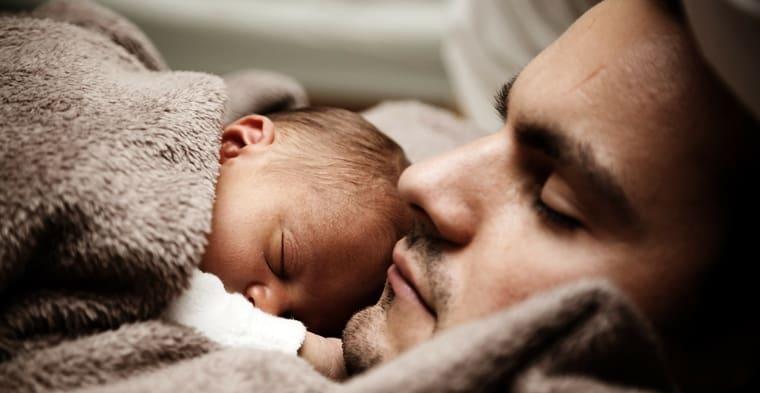 Más hombres israelíes se toman licencia por paternidad.