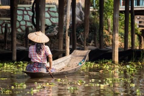 Itineraio Myanmar, Cosa vedere in Myanmar - Lago Inle donna alla guida