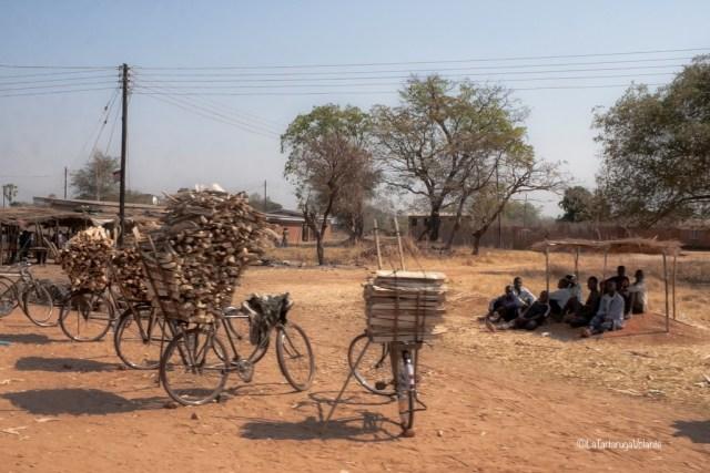 Malawi, biciclette porta legne