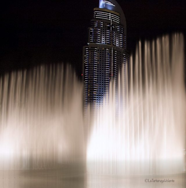 Dubai, fontane di sera