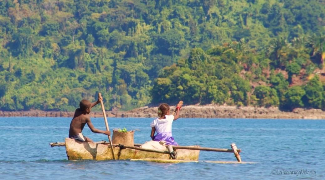 Madagascar, bambini sulla barca per copertina