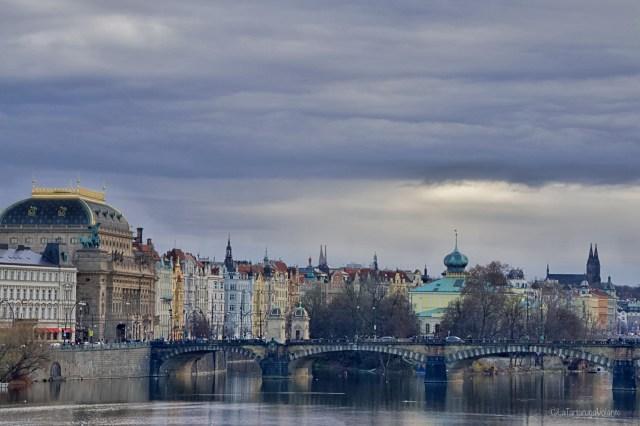 Praga, lungo il fiume Moldava