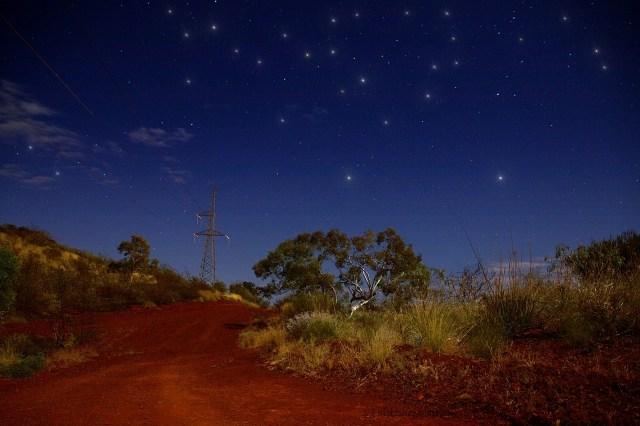 outback australiano, di sera a tom price con palo luce