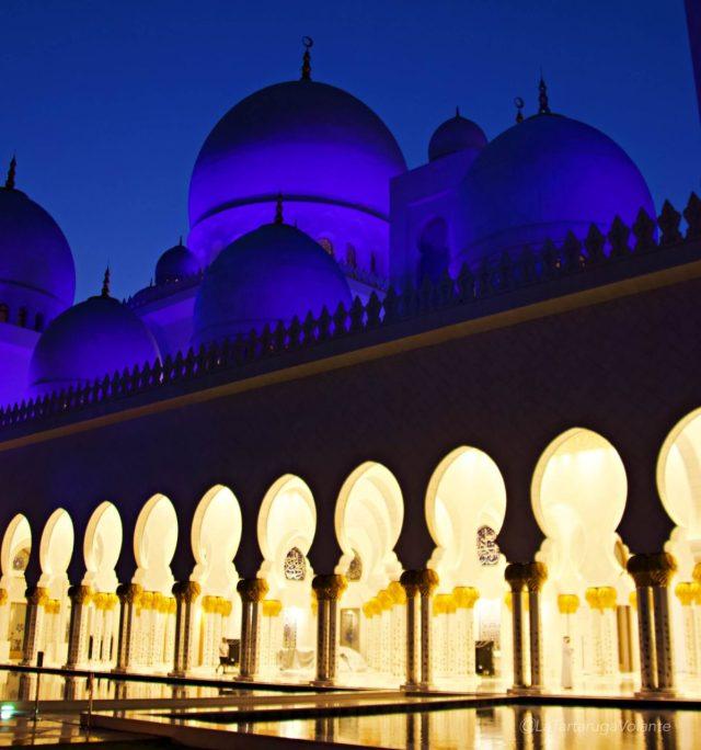cupole blu e colonnato dorato