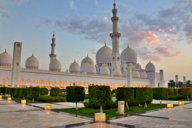 la moschea e i colori del tramonto