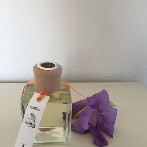 composition of orange blossoms, lemon and jasmine, hints of musk and amber