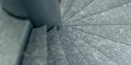 atelier-pierre-quimper-escalier-pierre-granit-steel-grey-finition-cuir Cuisine Pierre de Calcaire espagnole Saint Vincenti