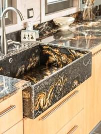 Cuisine avec plan de travail en marbre © L'ATELIER DE PIERRE Quimper