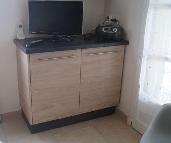 Cuisine en bois sur mesure - meuble sous télé