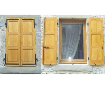montrer les menuiseries bois de la façade d'une maison en pierre