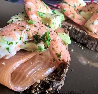 Tartines festives au saumon fumé, avocat et crevettes
