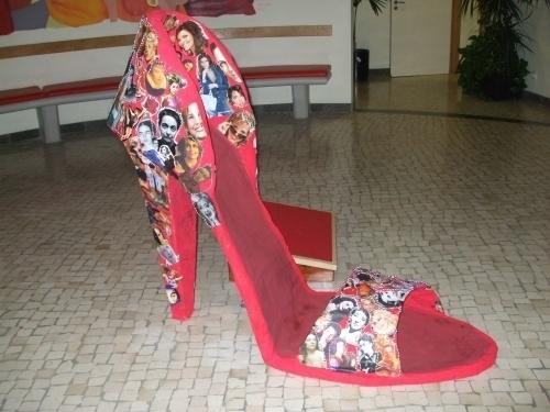 Sapato Gigante Evoca Dia Da Mulher Na Lati