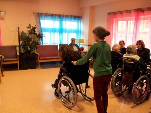 Jovens Do Catl Oferecem Cadeira De Rodas