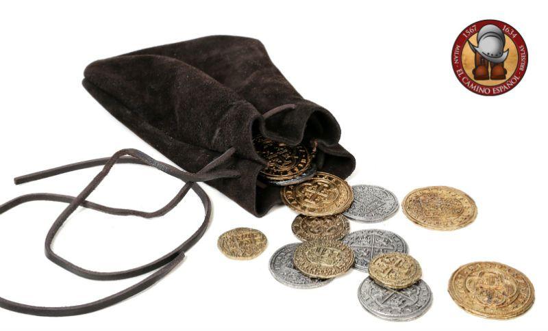 Bolsa de cuero con 8 monedas (doblones, escudos y reales)