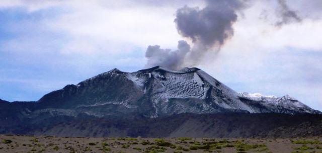 Der 5.976 Meter hohe aktive Stratovulkan ist der am stärksten aktive Vulkan im südamerikanischen Land